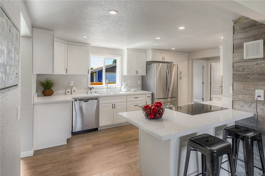 Linen Shaker (Maple) - Pius Kitchen & Bath on Maple Cabinets With White Countertops  id=94813
